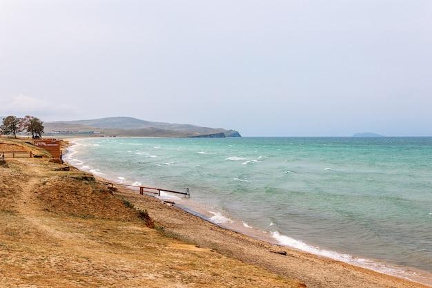 Lago baikal e a costa da ilha de olkhon