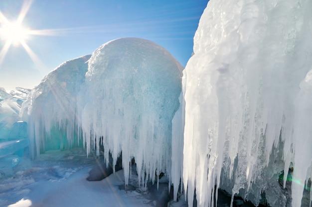 Lago baikal é coberto de gelo e neve