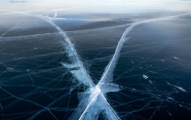 Lago baikal é um dia gelado de inverno. maior lago de água doce. o lago baikal está coberto de gelo e neve, frio e geada fortes, gelo azul claro e espesso. pingentes pendurados nas rochas. lugar incrível herança