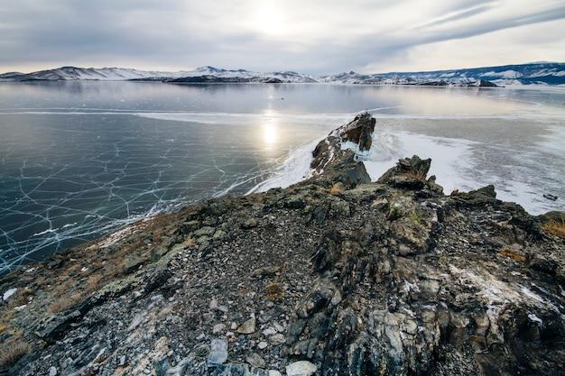 Lago baikal é um dia gelado de inverno. maior lago de água doce