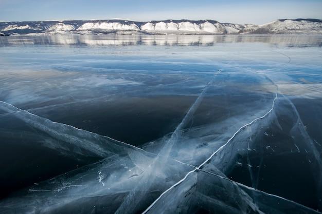 Lago baikal é um dia gelado de inverno