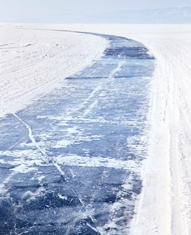 Lago baikal no inverno. estrada do gelo no lago congelado baikal. turismo de inverno