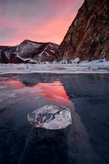 Lago baikal nos raios do sol poente. lugar incrível, patrimônio mundial da unesco