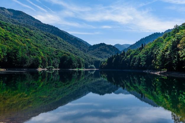 Lago biogradsko no parque nacional biogradska gora (montenegro, europa)