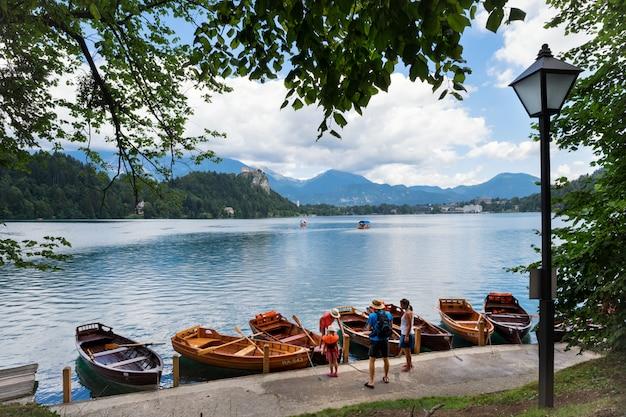 Lago bled, eslovênia, 13 de julho de 2017. férias em família em barcos.