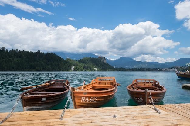 Lago bled eslovênia, 13 de julho de 2017. os barcos ancorados no lago sangraram.