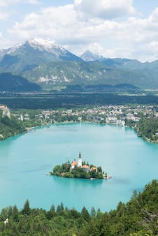 Lago bled, ilha e montanhas no fundo, eslovénia, europa