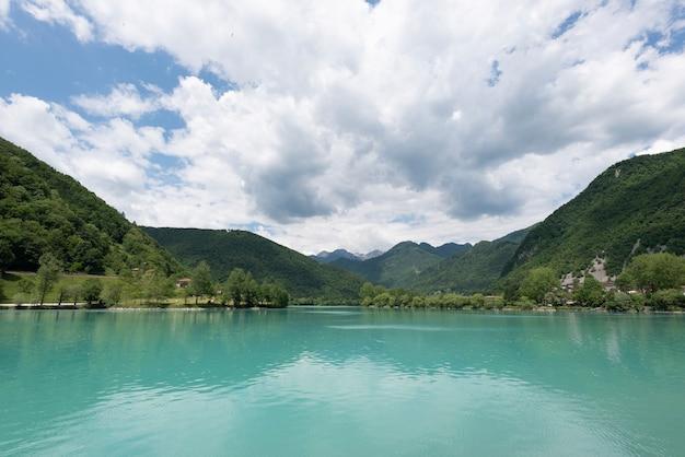 Lago calmo e bonito na aldeia de most na soci, eslovênia, ue
