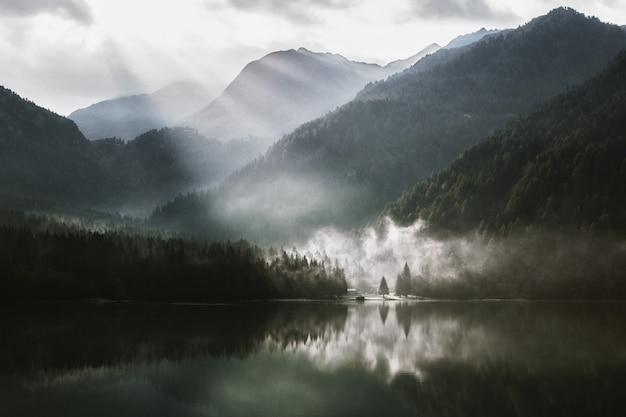 Lago cercado com montanha