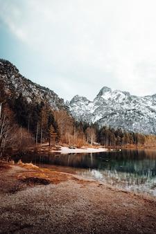 Lago cercado por árvores e montanhas durante o dia
