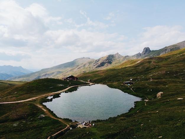 Lago cercado por montanhas durante o dia