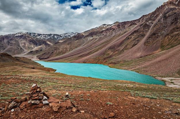 Lago chandra tal no himalaia