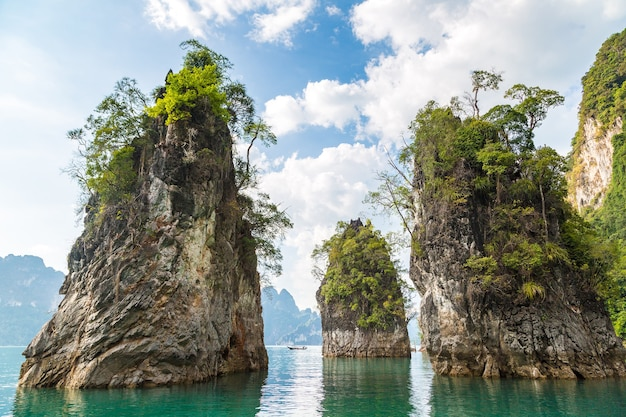 Lago cheow lan no parque nacional khao sok, na tailândia