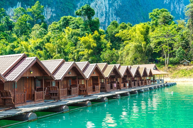 Lago cheow lan no parque nacional khao sok na tailândia