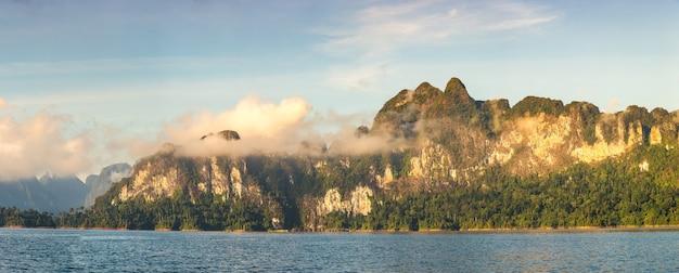 Lago cheow lan, parque nacional khao sok na tailândia