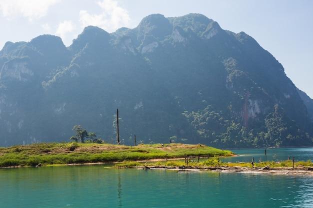Lago cheow lan, parque nacional khao sok, tailândia