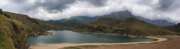 Lago com águas claras na região montanhosa do norte do cáucaso, na rússia.