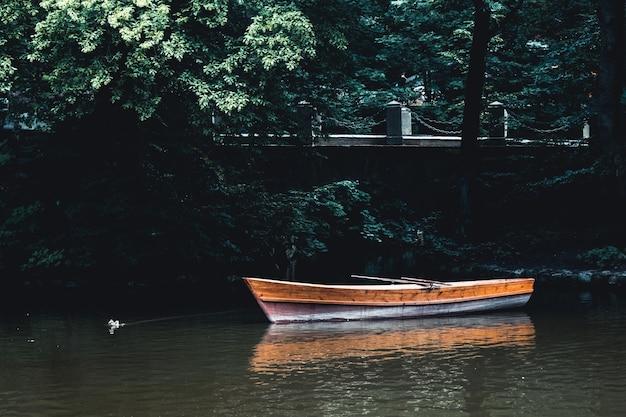 Lago com barco