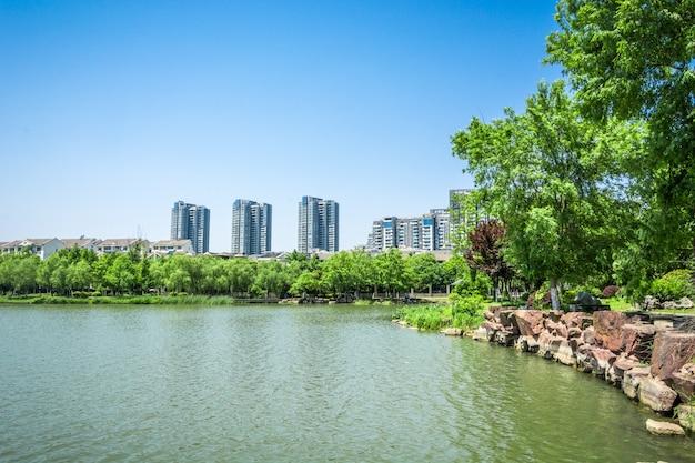 Lago com cidade