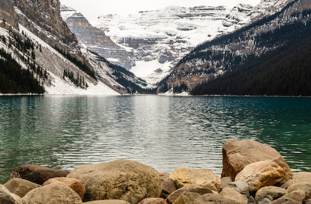 Lago com costa rochosa