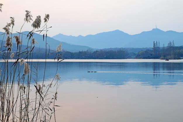 Lago com fundo das montanhas