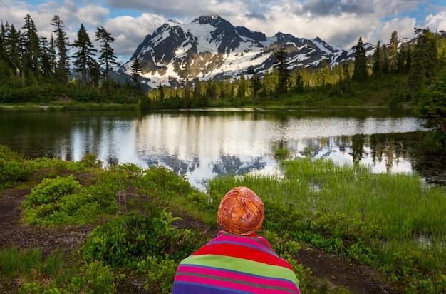 Lago com imagens cênicas e reflexo do monte shuksan em washington, eua
