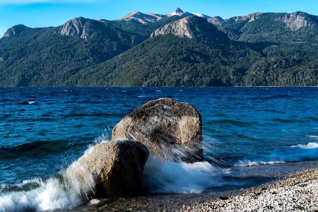 Lago com ondas de montanhas nas rochas