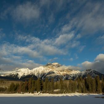 Lago congelado, com, alcance montanha, em, a, fundo, lago pyramid, rodovia 16, jasper, jasper nacional