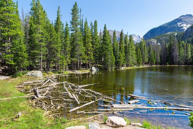 Lago contra montanhas rochosas em estes park