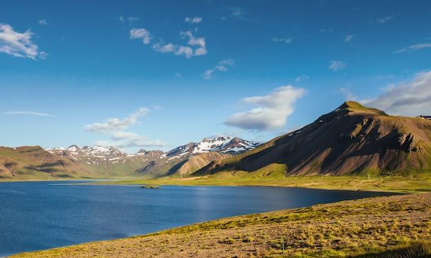 Lago crater na área de landmannalaugar, reserva natural de fjallabak, islândia