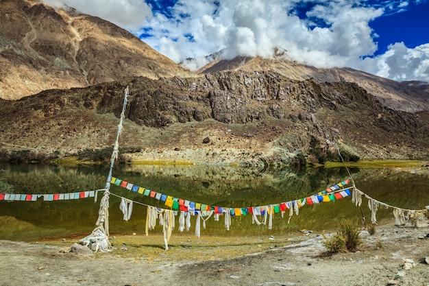Lago da montanha lohan tso. vale de nubra, ladakh, índia