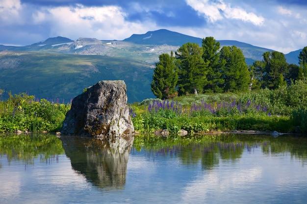 Lago das montanhas
