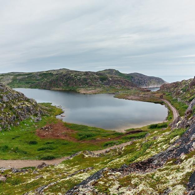 Lago de água limpa e fresca na costa do mar de barents