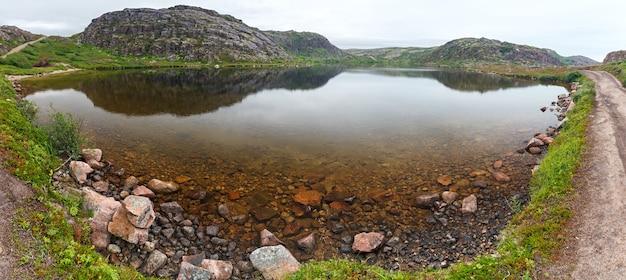 Lago de água limpa e fresca nas margens do mar de barents. península de kola, rússia.