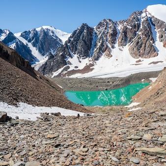 Lago de montanha azul no fundo das montanhas. paisagem atmosférica brilhante com lago azul no vale de alta montanha em highland glen. altai.