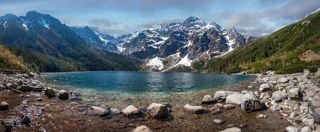 Lago de montanha com água azul. morskie oko, polônia.