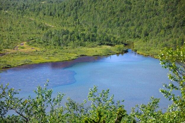 Lago de montanha com água limpa