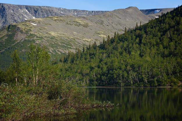 Lago de montanha com águas claras. península de kola, khibiny. rússia.