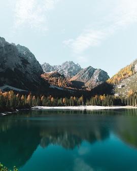 Lago de montanha com cenário de dolomitas no sul do tirol, itália