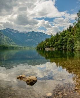 Lago de montanha com reflexo na itália
