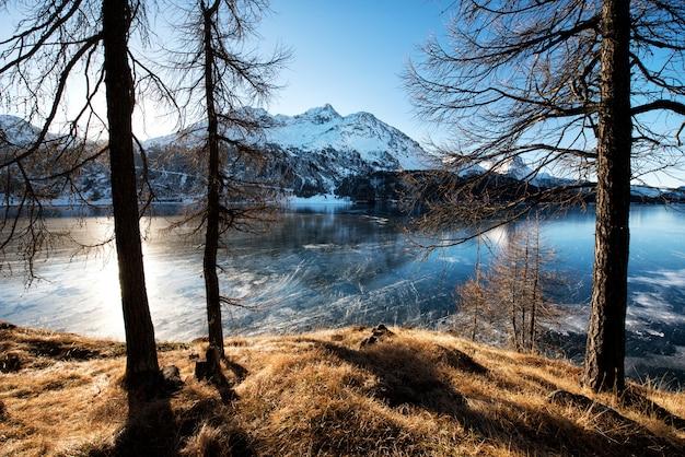 Lago de montanha congelada em dia ensolarado de inverno