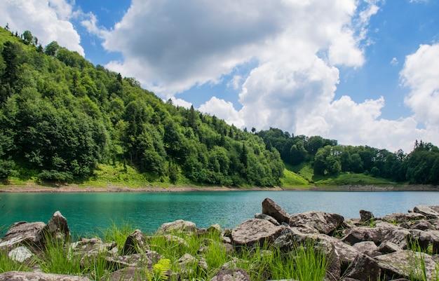 Lago de montanha em um vale na geórgia em um dia de verão