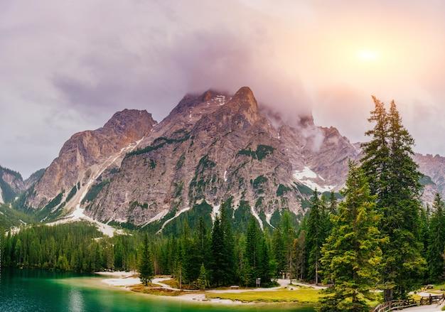 Lago de montanha entre montanhas