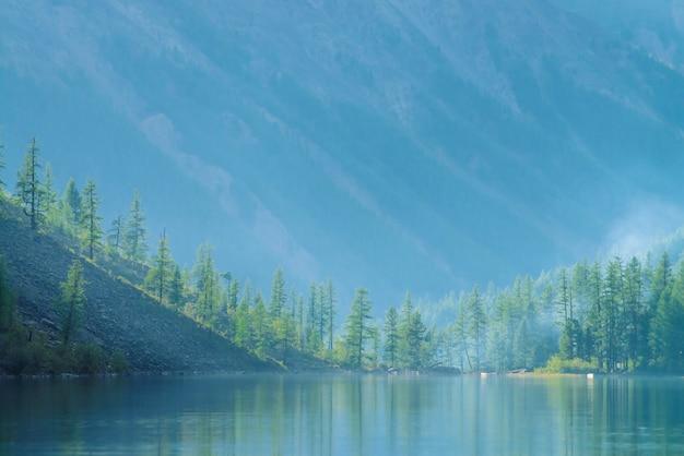 Lago de montanha fantasmagórica nas montanhas no início da manhã.