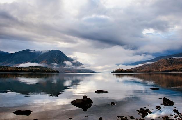 Lago de montanha froliha com pedras e reflexão, perto do lago baikal
