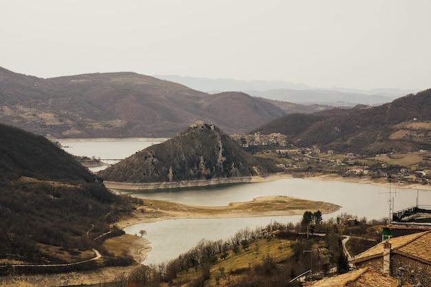 Lago de montanha lago del turano perto de rieti, na itália.