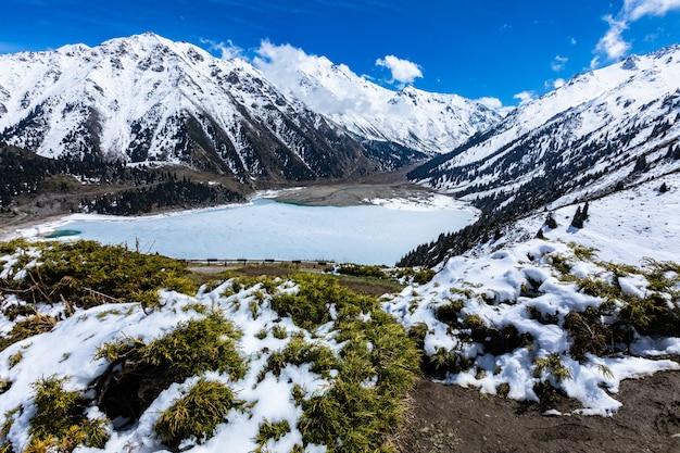 Lago de montanha na primavera cordilheira zailiyskiy alatau