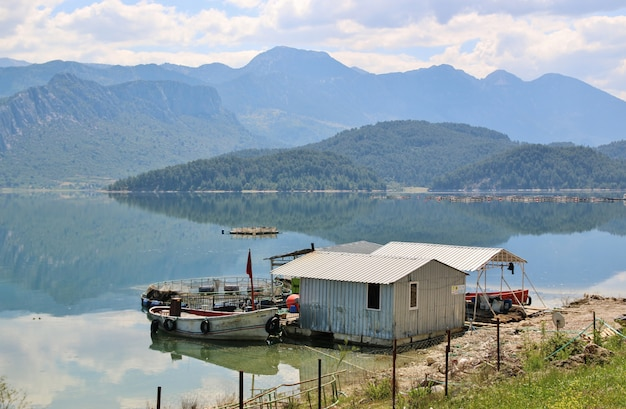 Lago de montanha na turquia