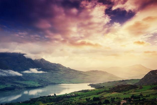 Lago de montanha nas montanhas alpinas itália