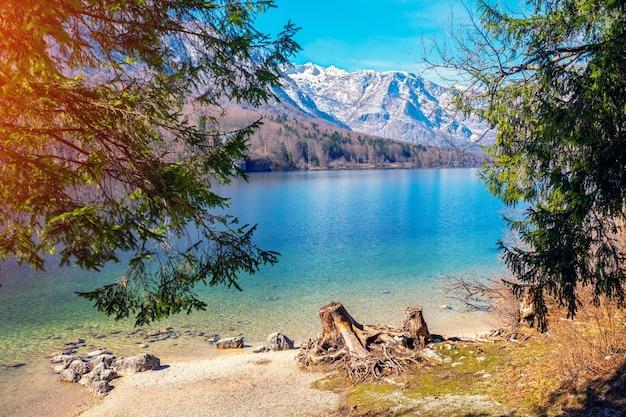 Lago de montanha no início da primavera. lago bohinj. bela natureza da eslovênia